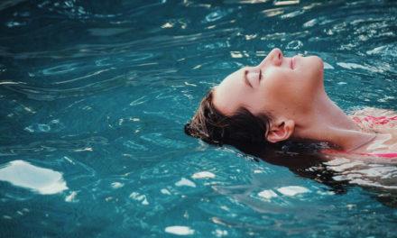 Nuoto e mal di schiena: esercizi e benefici